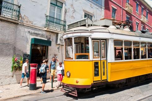 żółty tramwaj w Lizbonie
