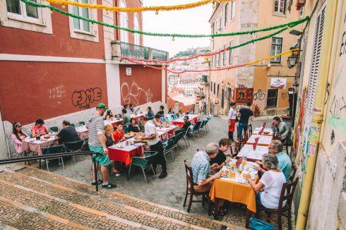 uliczka z restauracjami Lizbona